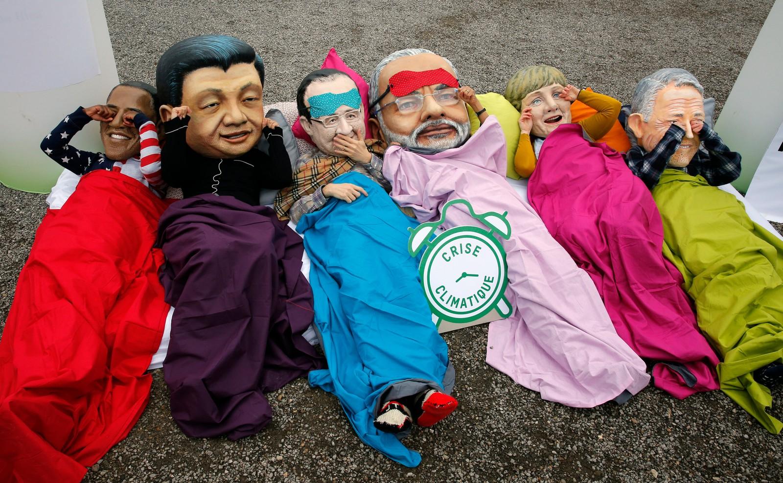 Liggende demonstranter på gata i Paris i forbindelse med klimatoppmøtet i byen. Oxfam-aktivistene bærer maskene til (f.v) USAs president Barack Obama, Kinas president Xi Jinping, Frankrikes president Francois Hollande, Indias statsminister Narendra Modi, Tysklands forbundskansler Angela Merkel og Australias statsminister Malcolm Turnbull.
