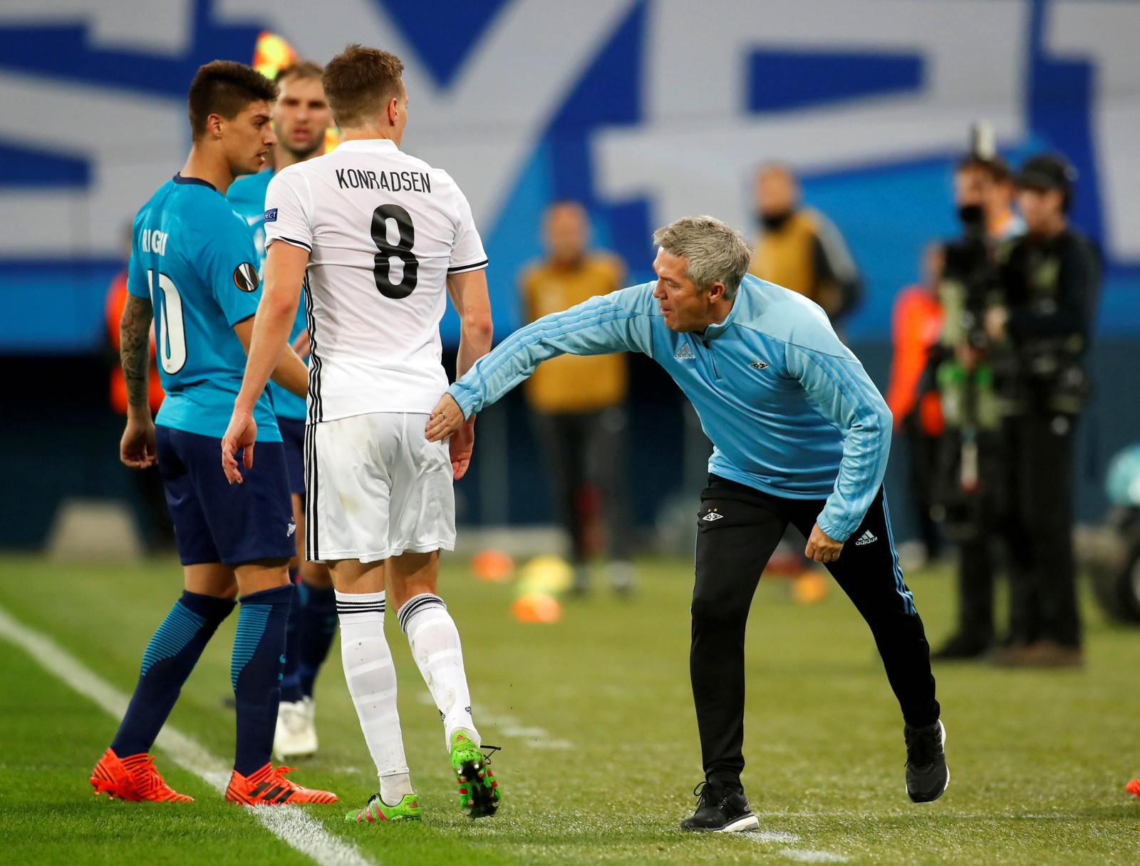 Kåre Ingebrigtsen prøver seg muligens med et taktisk grep på baken til Anders Konradsen. Det hjalp uansett lite. Rosenborg tapte kampen mot Zenit 3-1.