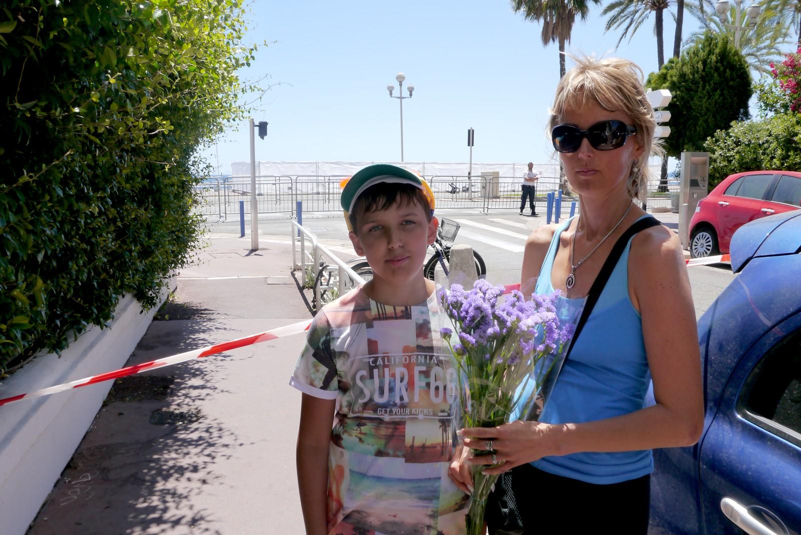 Slovakiske Lina Kurucova har med sønnen sin Milos Kuruc på ferie i Nice. Hotellet deres ligger midt på strandpromenaden der angrepet skjedde. Begge var tydelig preget fredag. - Jeg vil gi blomster til personene som ble truffet, sier Milos til NRK.