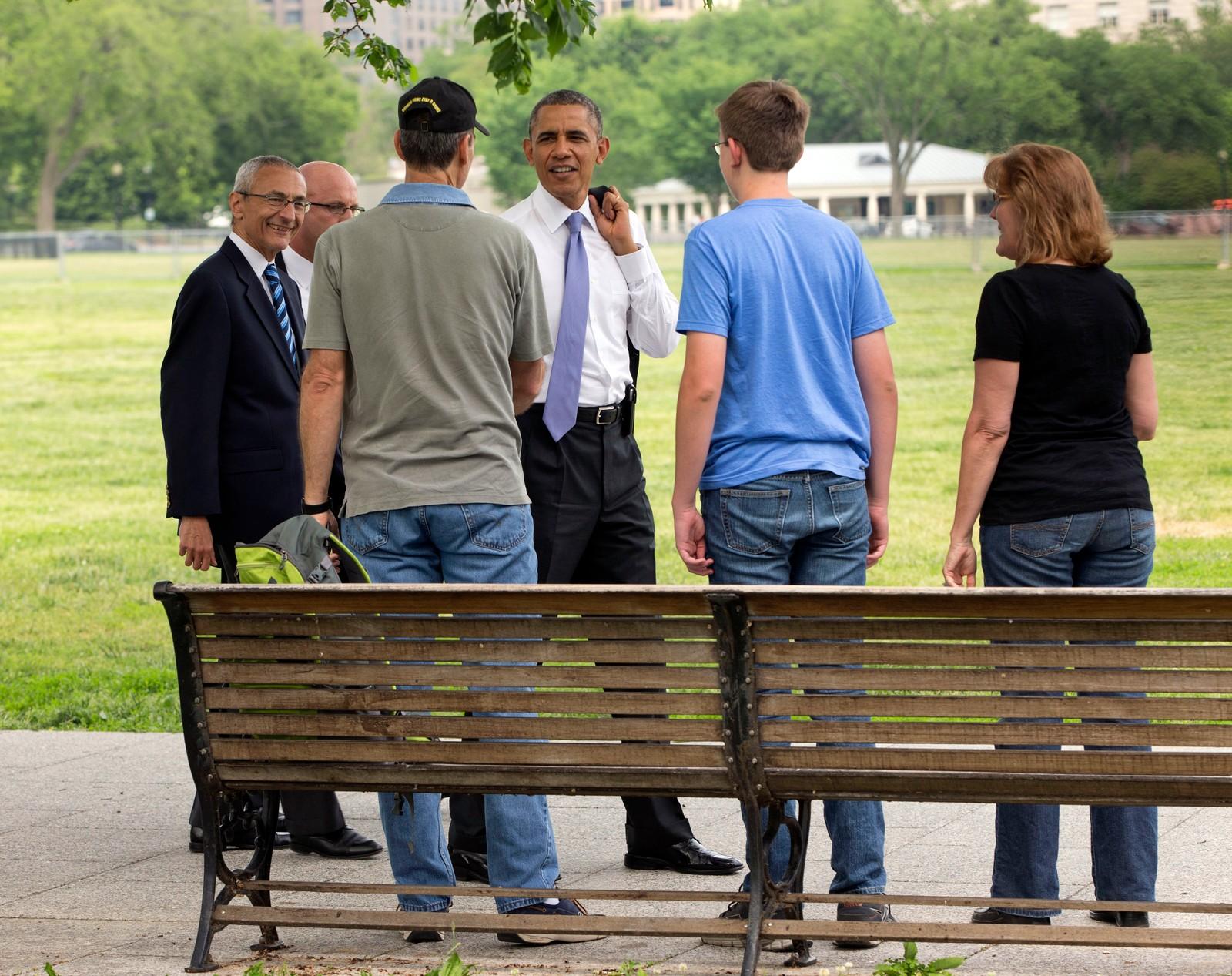 President Barack Obama med John Podesta i samtale med turister ved det Hvite hus i Washington.