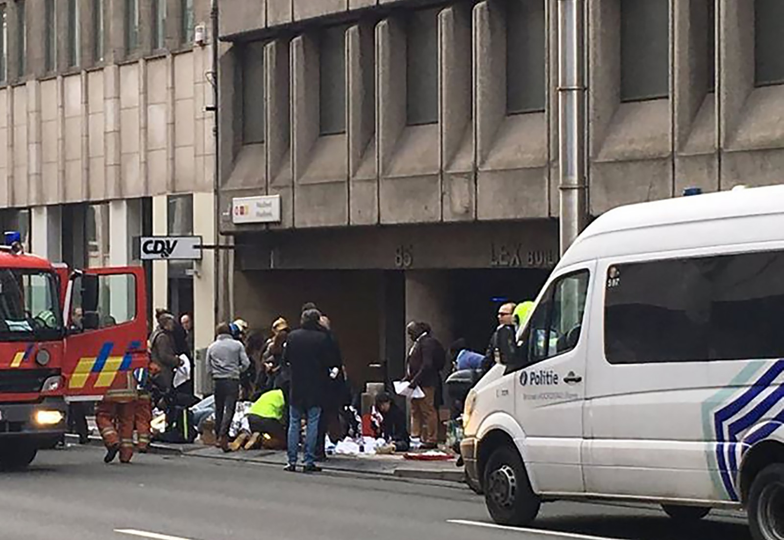 Redningspersonell tar seg av skadde personer utenfor Maalbeek T-banestasjon i Brussel.