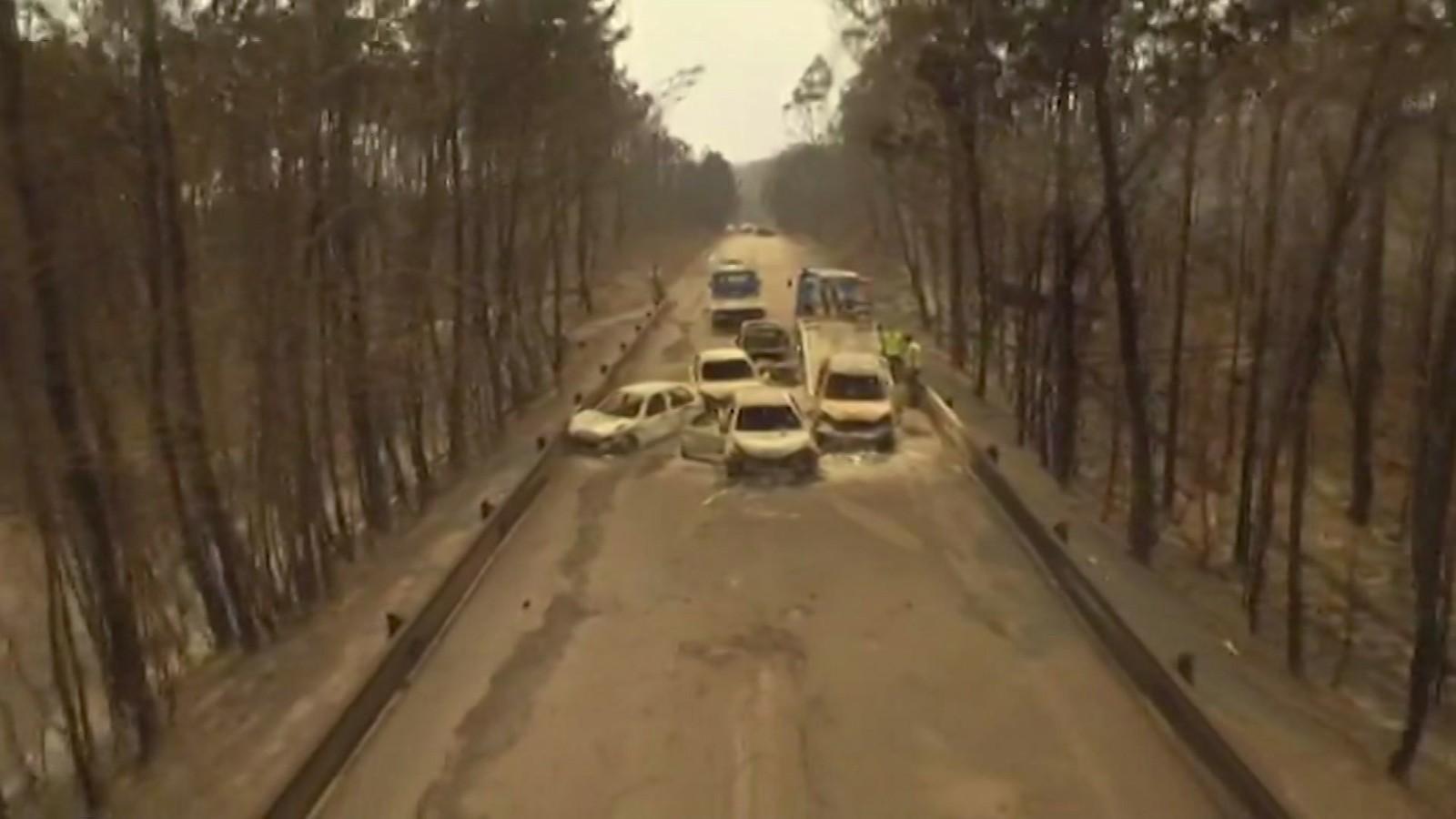 Dronevideo viser at mange omkom i bilene, innesperret av flammene.