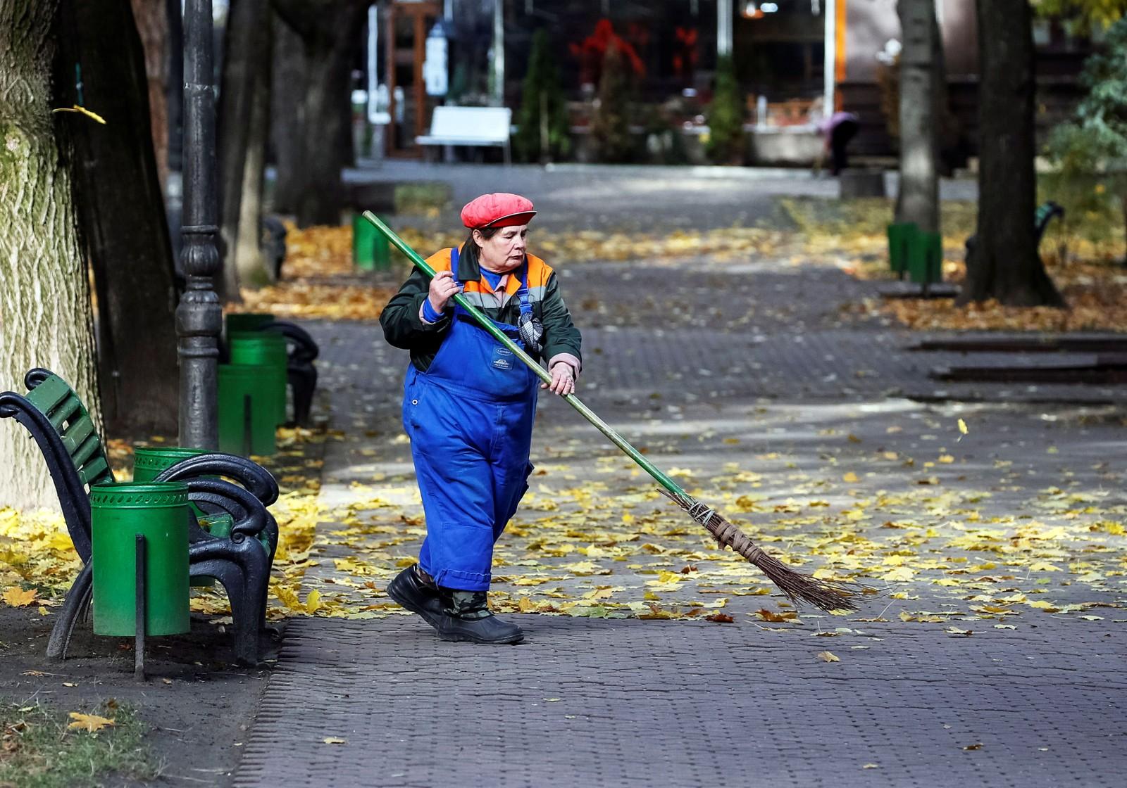 En gatefeier i Chisinau. Minimumslønnnen i Moldova er på cirka 500 kroner måneden.