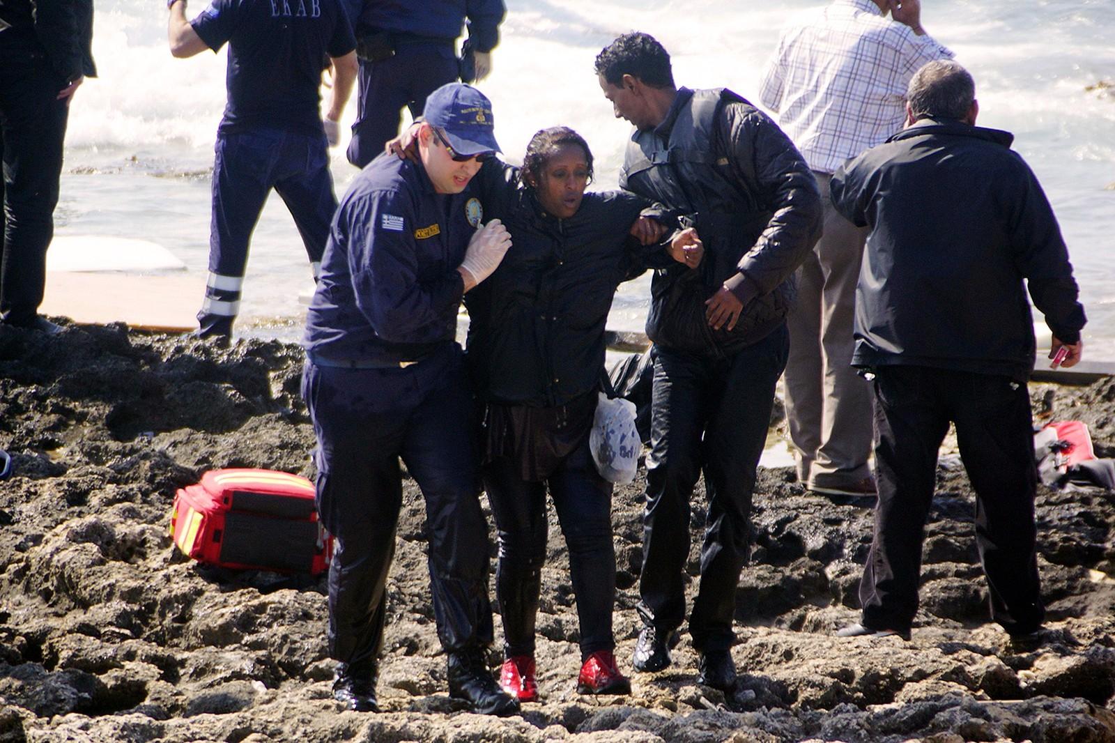 Redningsmannskaper hjelper de overlevende i land.
