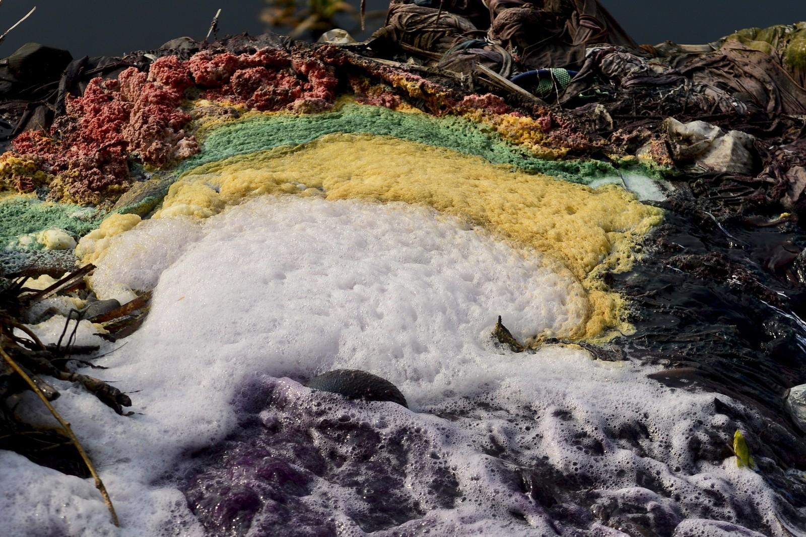 Kjemikalier fra industrien dumpes i Shitalakyaelven i Dhaka, Bangladesh. I følge FNs vannrapport vil behovet for vann i industrien øke med 400 prosent fram til 2050.