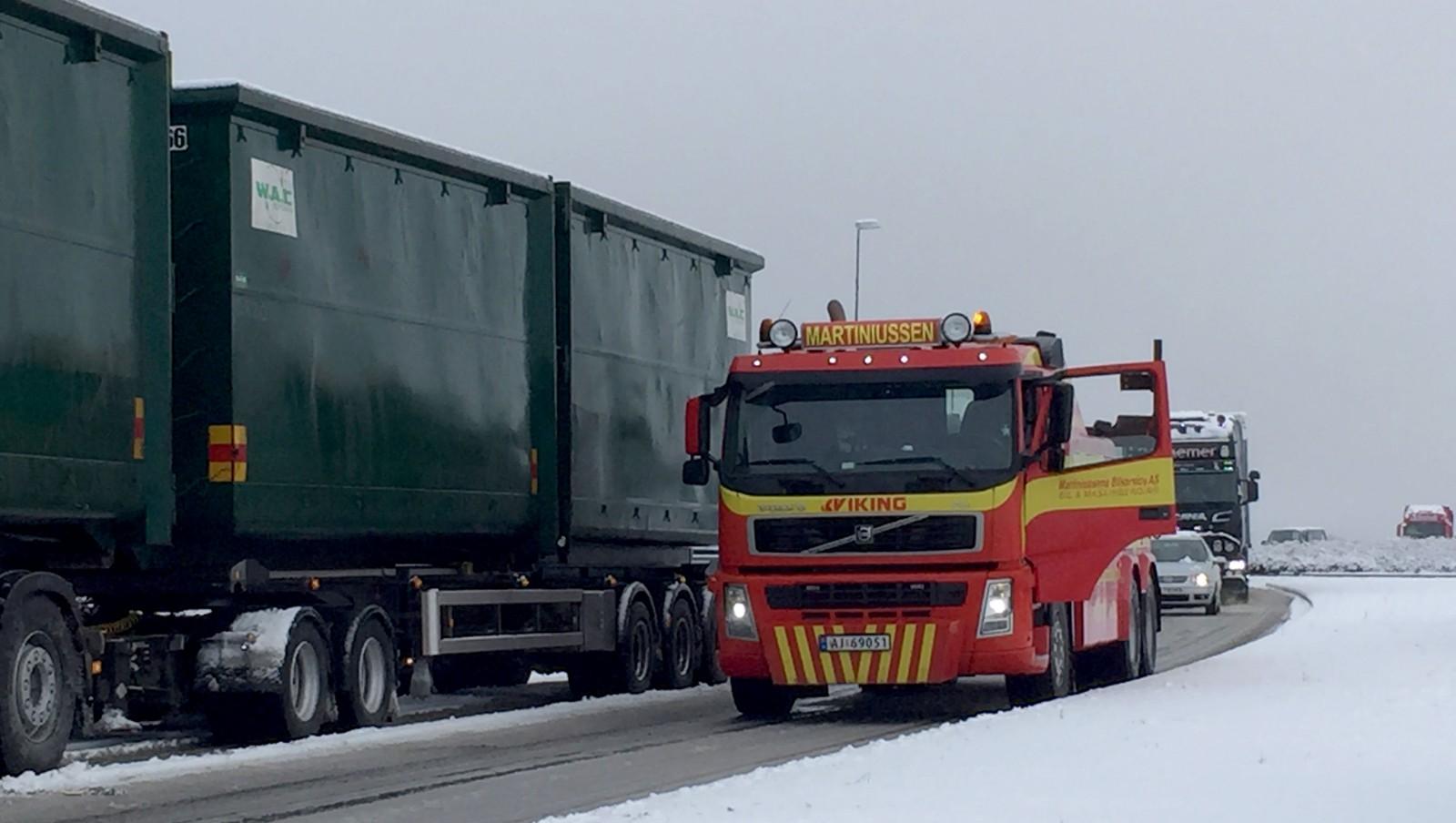 En bergingsbil har stoppet for å hjelpe et vogntog på Årum.