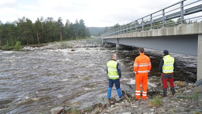 Vannstanden ved Garrajohka bru er nå så høy at Statens Vegvesen har stengt veien for trafikk frem til mandag klokken 10:00.