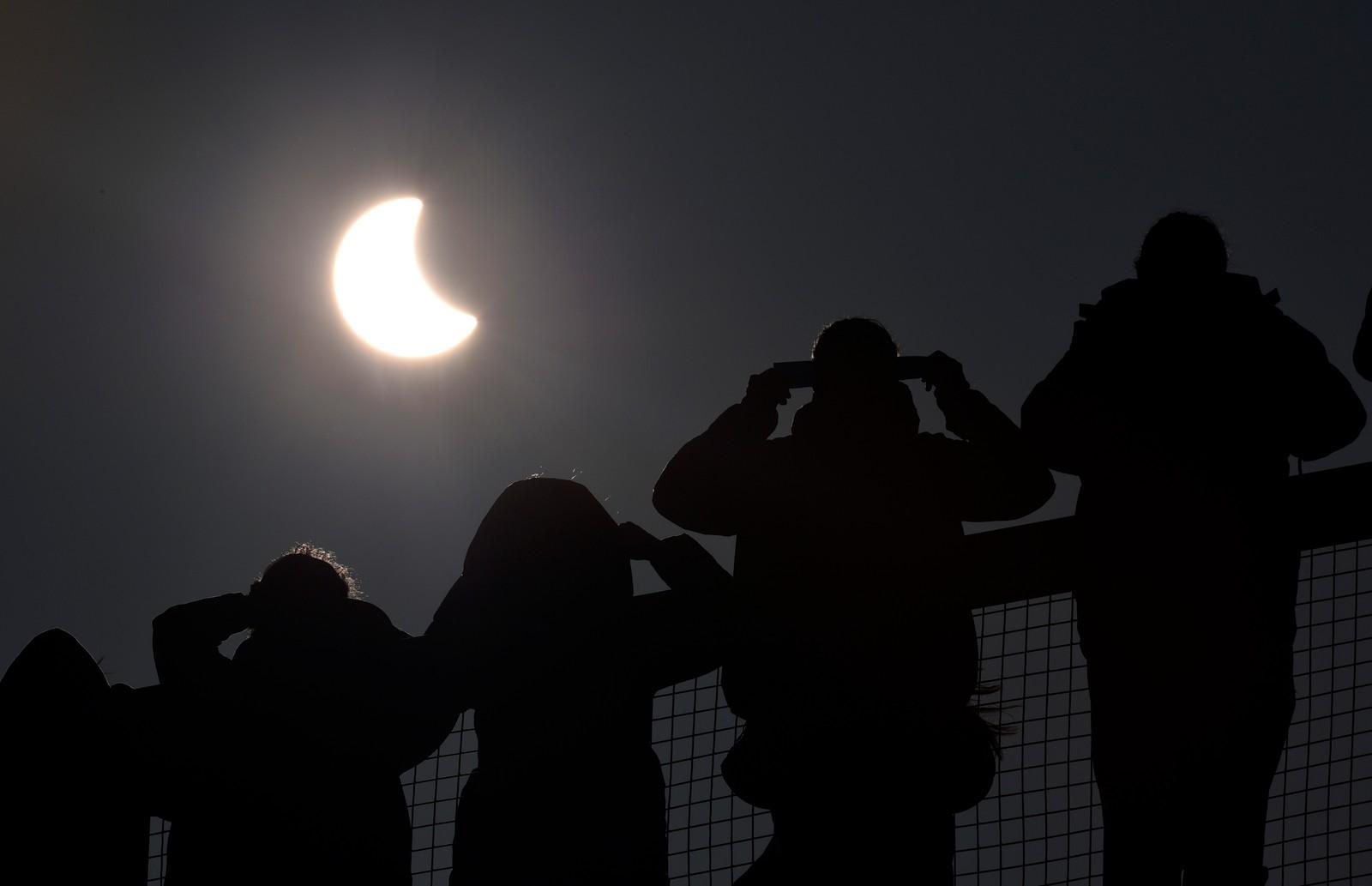 Folk ser mot sola i St. Austell, Cornwall i England.