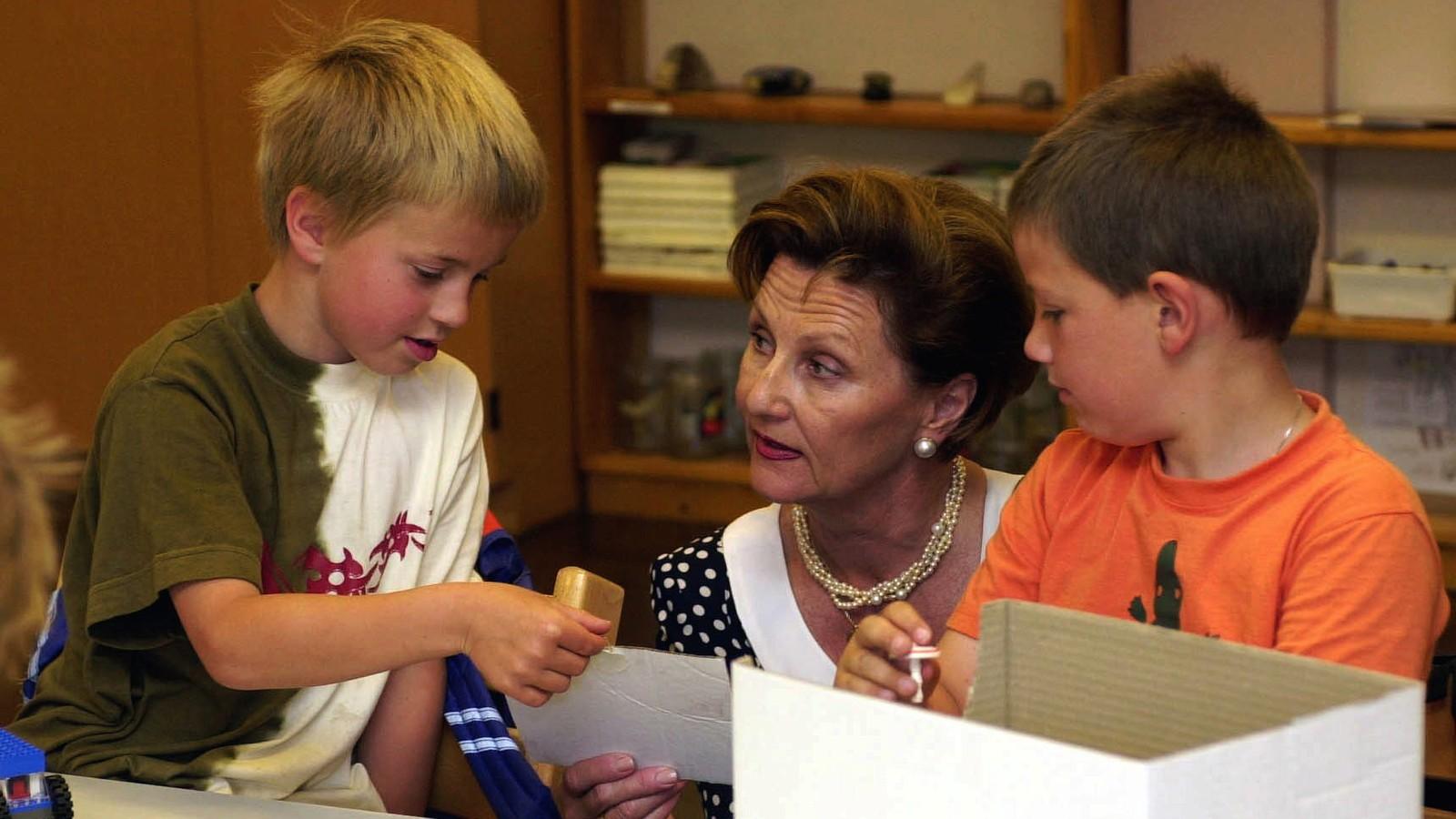 FLATBYGDI: 10. juni 2002 kom kongeparet til Vik i Sogn. Seks år gamle Bjarte Bjørnestad (tv), overrekte dronning Sonja eit kort han hadde laga.
