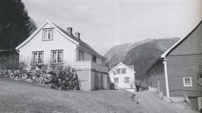 Tunet på Bjørko i Erdal med det gamle våningshuset til venstre. Foto: Jens Hauge. Eigar: Lærdal lokalhistoriske arkiv.