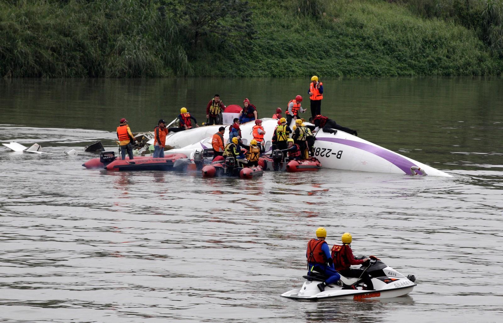 17 mennesker er hentet ut av vraket og to er bekreftet omkommet. Mange er fortsatt innesperret i flyet.