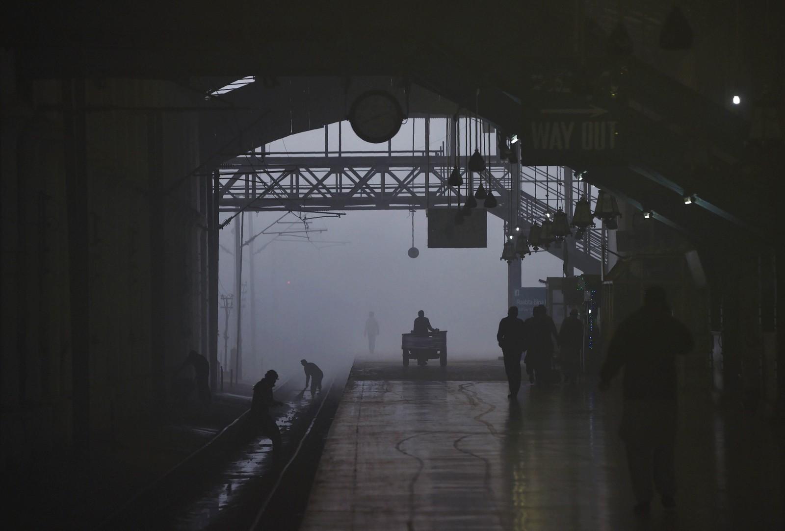 Pakistanske arbeidere jobber ved en togstasjon i Lahore.