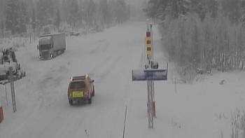 VANSKELEG: Følgjebil gjer seg klar til å køyre kolonne over Strynefjellet laurdag føremiddag.