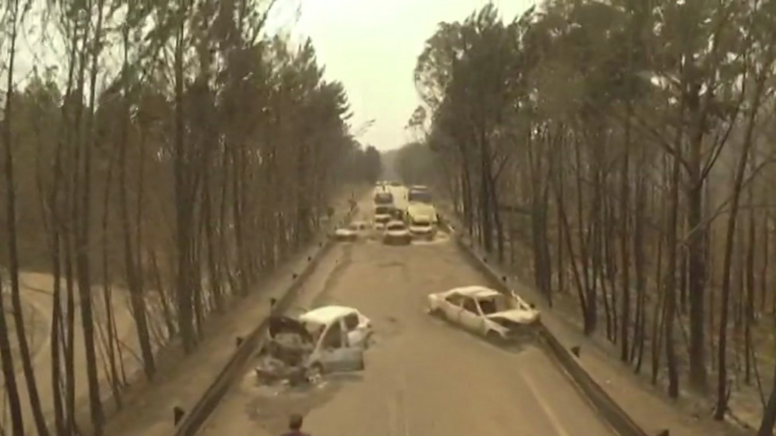 Dronebilde av utbrente biler på veien mellom Pedrogao Grande and Figeiro Dos Vinhos.
