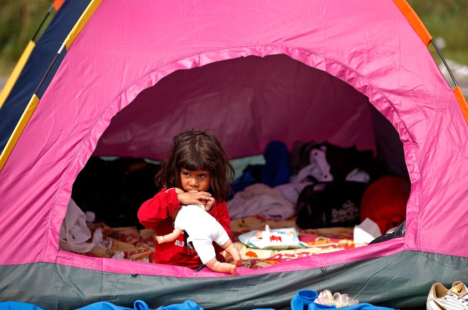 En flyktningjente leker med dukken sin i et telt nær landsbyen Horgos i Serbia, like ved den ungarske grensen.