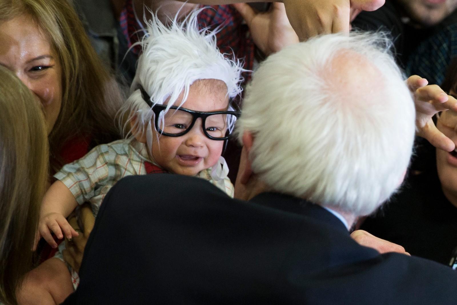 Bernie Sanders (74) møter Oliver Lomas (3 mnd.) i Las Vegas i februar, og ble en internett-hit over natta. To uker senere døde imidlertid «Bernie-babyen» i krybbedød.