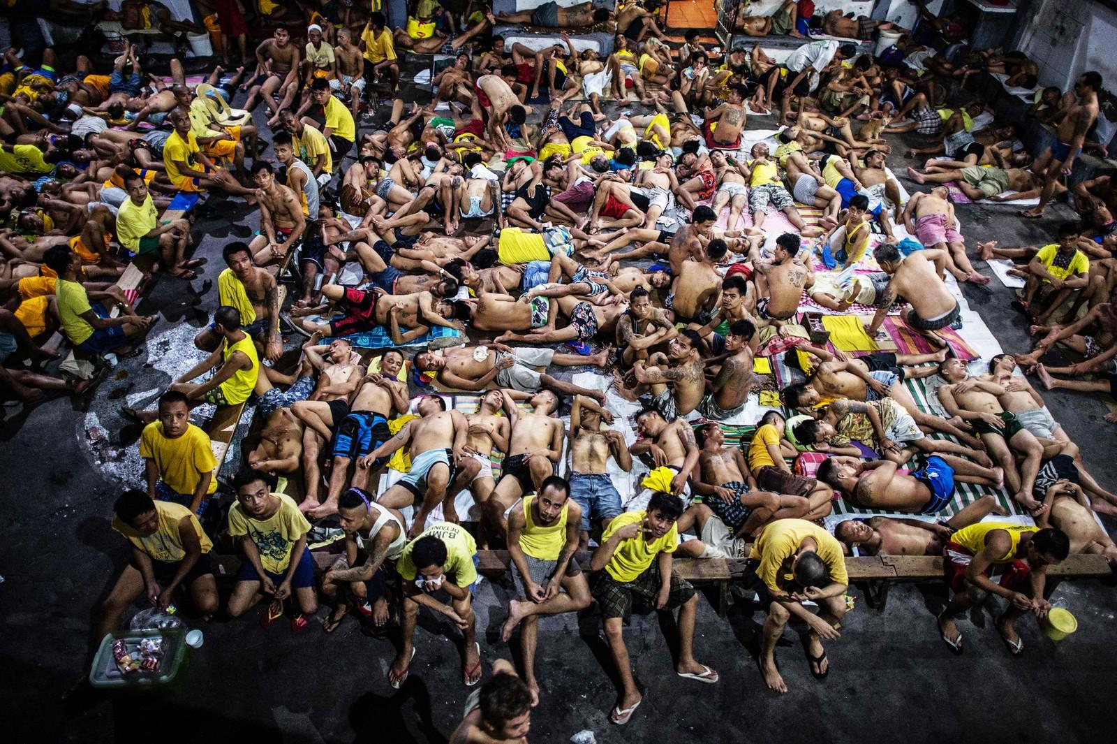 Fanger i Quezon City-fengsel sover tett i tett på en utendørs basketballbane i fengselet.