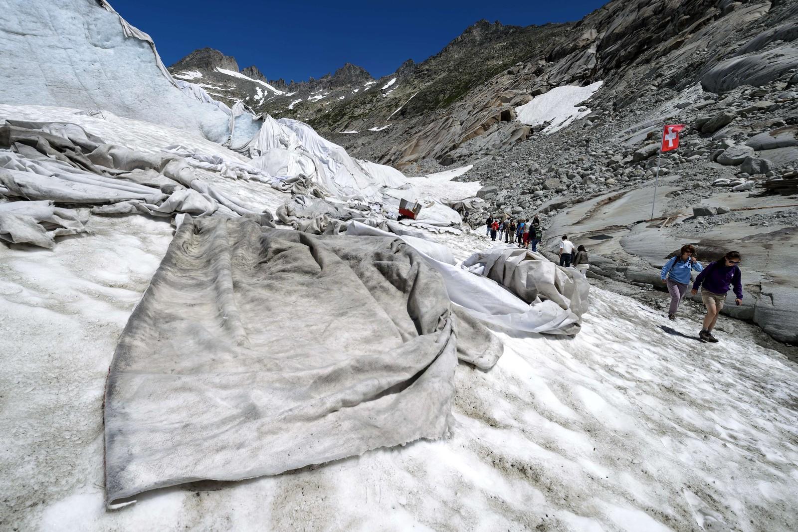 På Rhonebreen i Sveits er det lagt på dukar som skal beskytte mot varmen og verne isen. Breen har krympa mykje i sommar, og det er venta at den vil krympe ytterlegare.