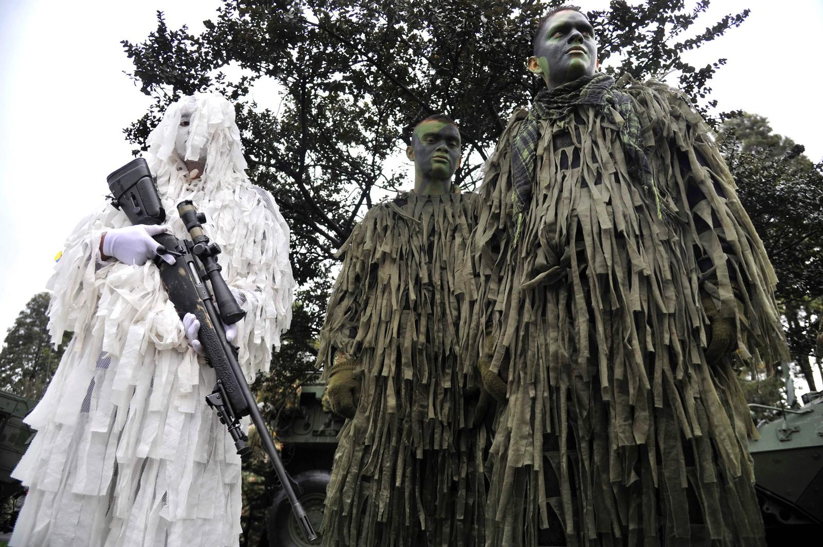 Soldater er klare til å bli med i en parade i Bogota i Colombia. Landet feiret uavhengighetsdagen den 20. juli.