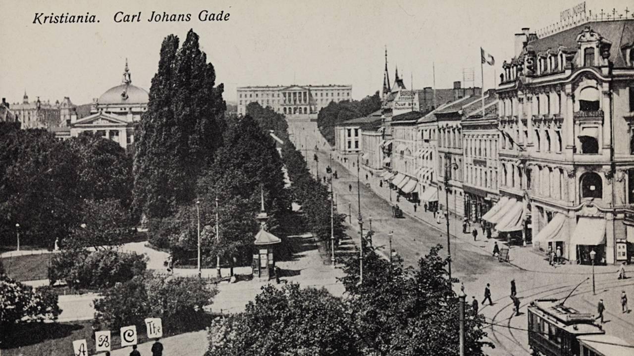 Postkort fra 1914 som viser Carl Johans Gade i Kristiania. Kristiania er tidligere navn på Oslo. Kristiania var en fornorsket skriveform for Christiania, som var navnet på Oslo fra 1624 frem til 1924.