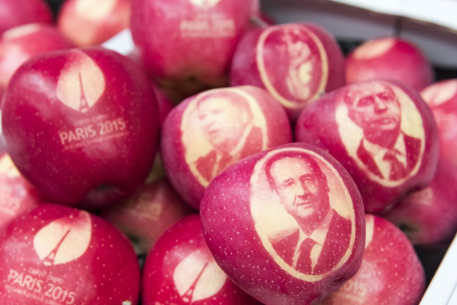 Det nærmer seg klimamøte i Paris, og disse eplene med blant annet statsledere på, er allerede på plass. De vil bli delt ut til verdensledere som skal delta på toppmøtet.