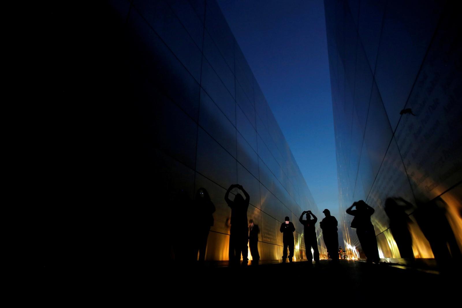 Mennesker står i minnesmerket Empty Sky i New Jersey under markeringen av at det var 16 år siden angrepene den 11. september.