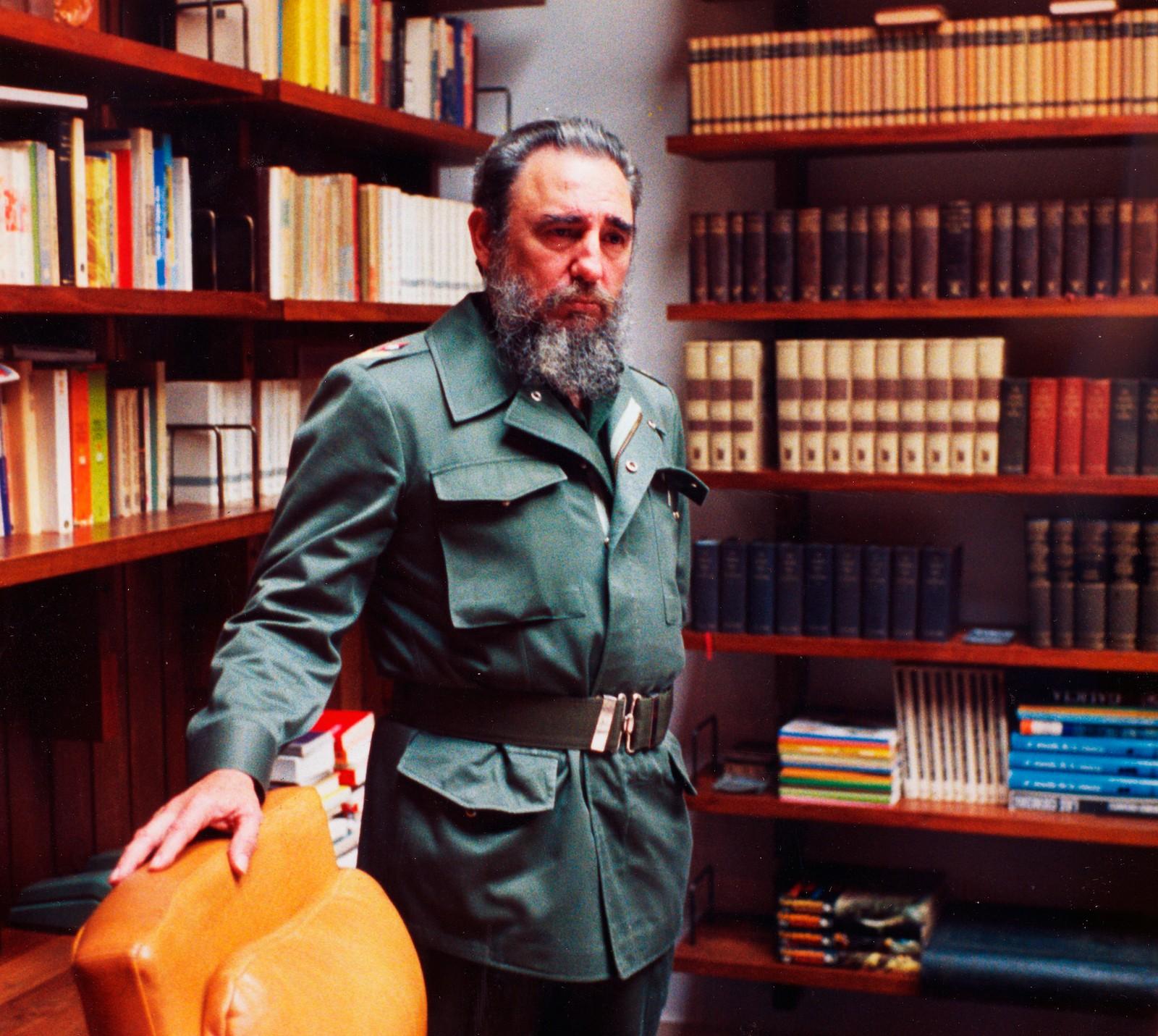 Fidel Castro avbildet på sitt kontor i presidentpalasset i Havana 11. februar 1985.