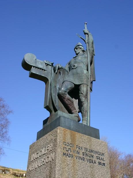 Statuen av Ingolfr Arnason vart reist i Holmedal i 1961. Foto: Ottar Starheim, NRK.