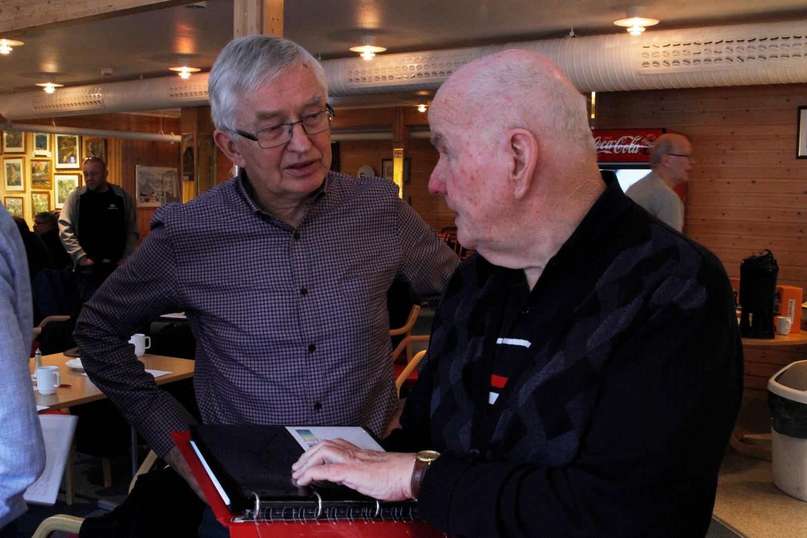 Jan Talsethagen (t.h.) og Tor W. Eikemo (t.v.) ser på ei frimerkesamling.