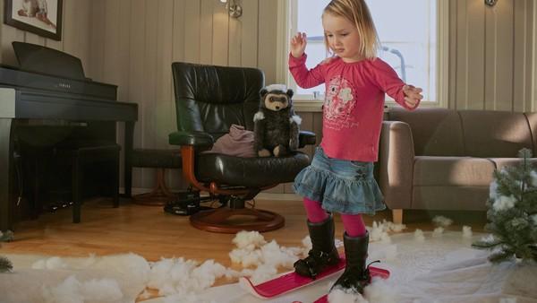 Norsk dramaserie. Vinter i stua. Ingelin har fått nye ski til bursdagen, men det er ikke snø ute. Hun hadde gledet seg sånn til å prøve dem.