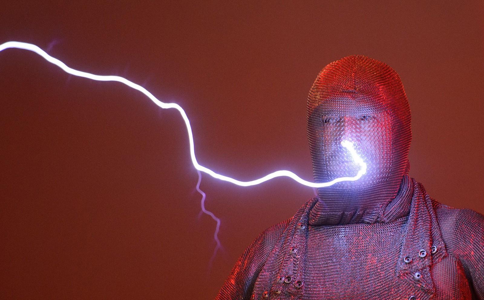 Conrad Keuck blir truffet av lyn ved hjelp av en Tesla coil under et fysikkshow i Wolfsburg, Tyskland denne uka. En Tesla coil er en oppfinnelse gjort av Nikola Tesla i 1891. Og den kan, om den er stor nok, genere elektriske spenninger på millioner av volt.