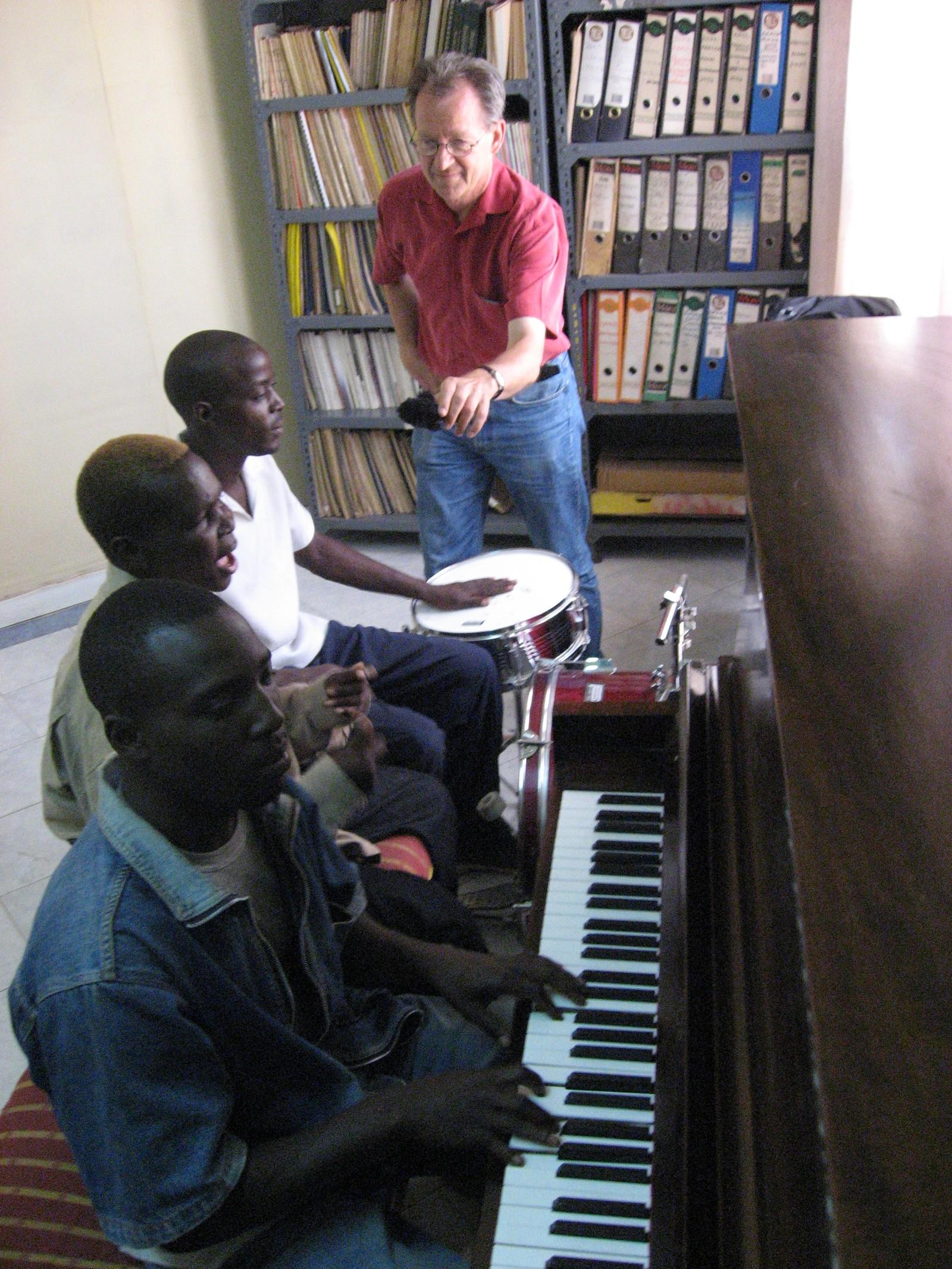 Nedland gjør opptak av artisten Olith Ratego på musikkkonservatoriet i Nairobi, Kenya.