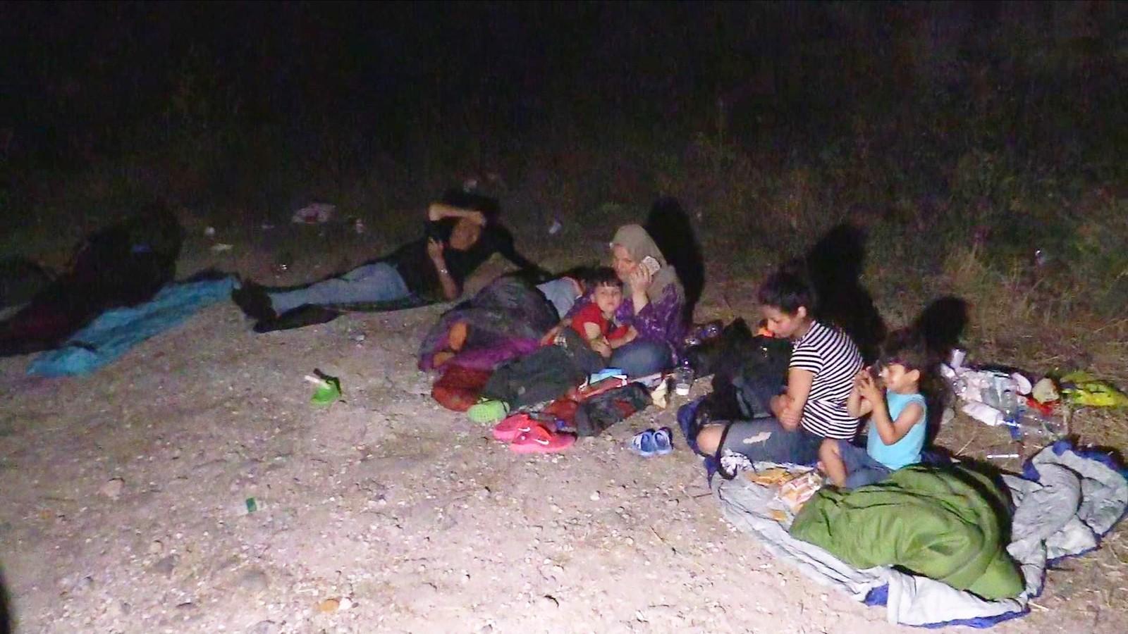 Folk må sove rett på bakken når de kommer til Lesvos. Innbyggere og turister prøver å hjelpe ved å gi liggeunderlag og soveposer til folk.