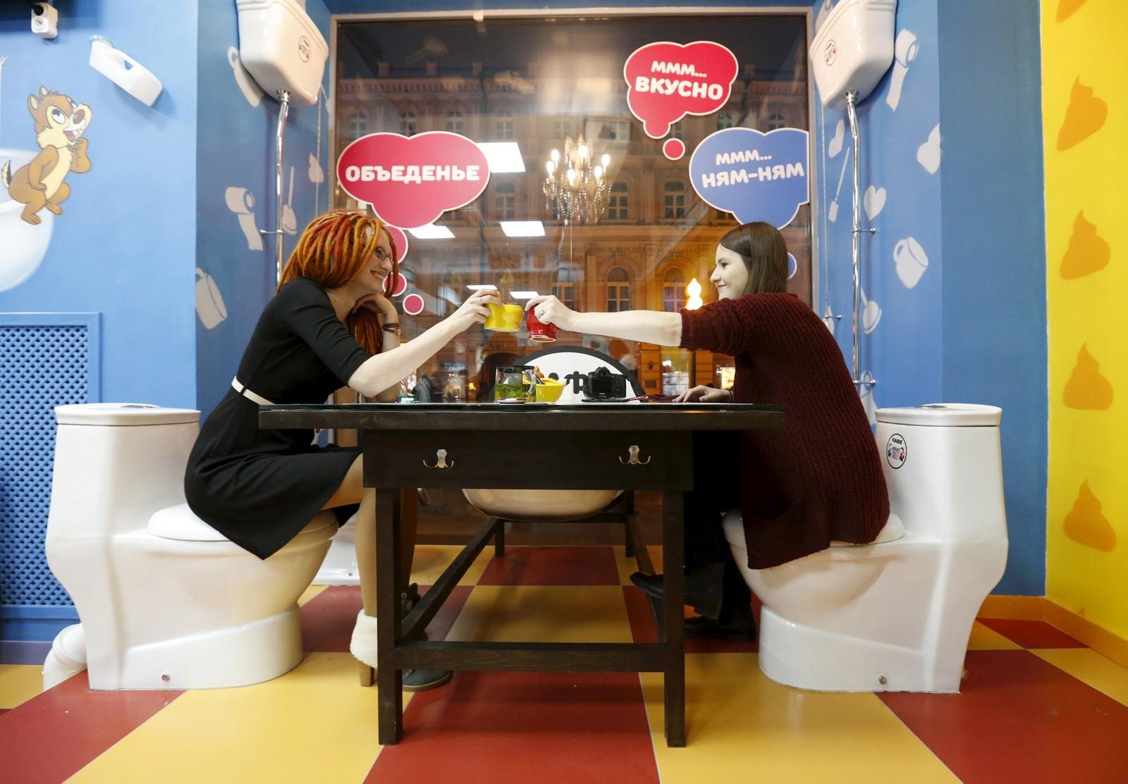 På Crazy Toilet Cafe, kan du nyte mat og drikke i et miljø vanlilgvis avholdt til når maten skal ut igjen.