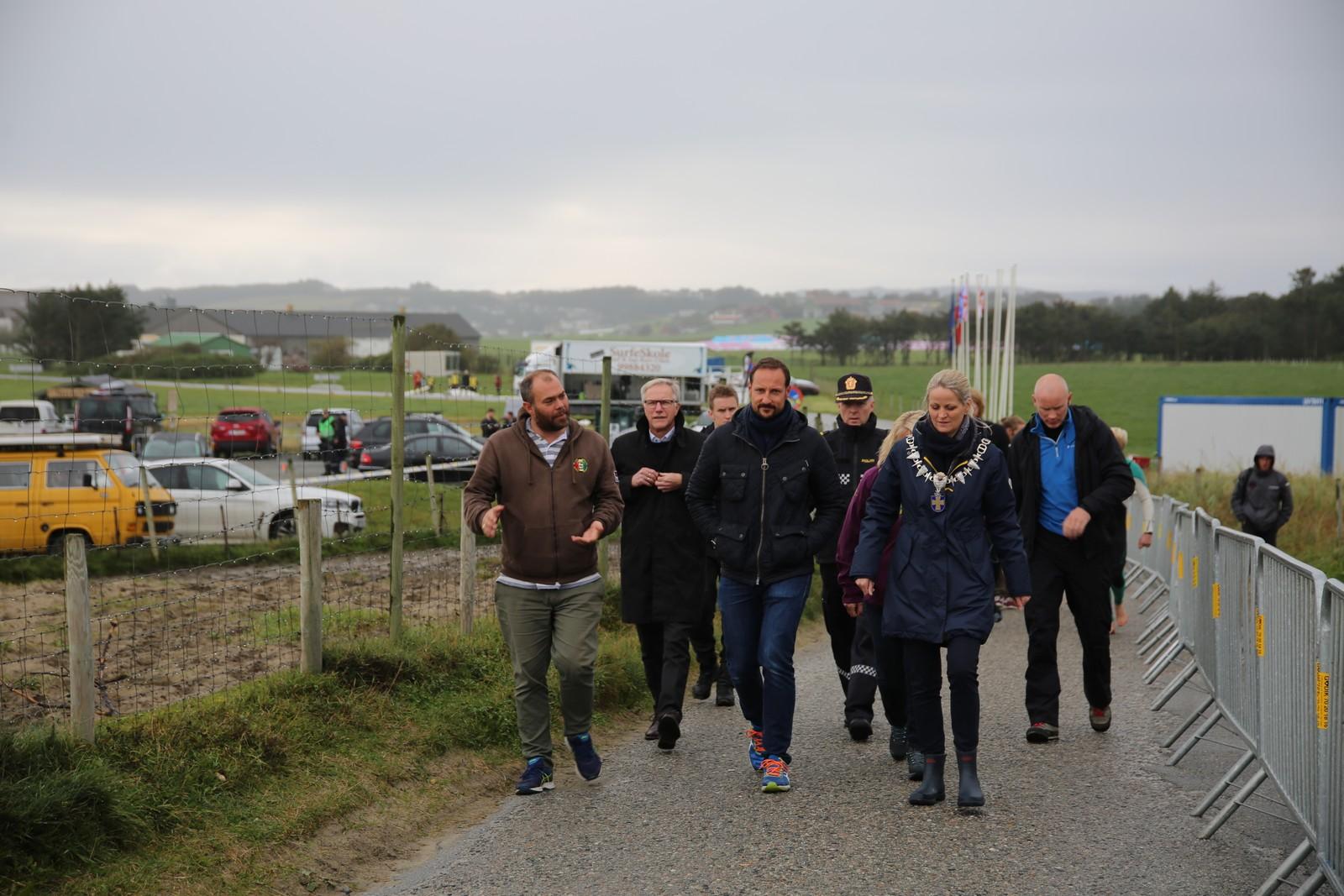 H.K.H Kronsprins Haakon Magnus på vei ned til Borestranden. Her i følge med Klepp-ordfører Ane Mari Braut Nese og leder av surfe-EM, Tore Kramer.