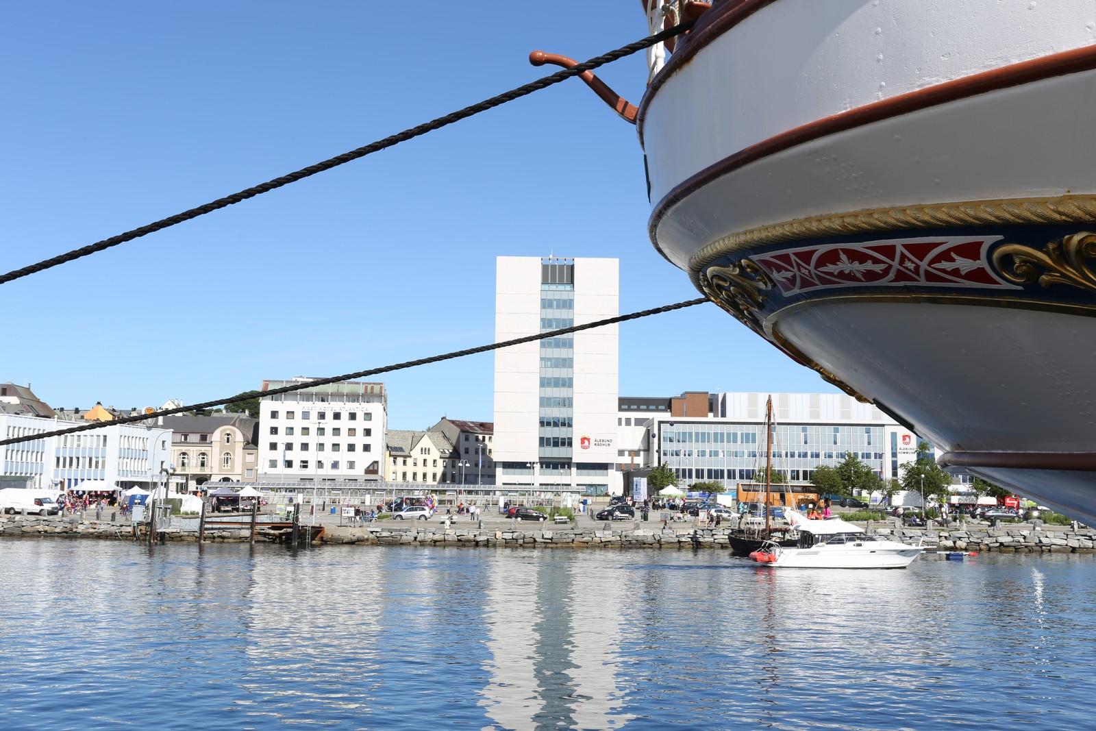 Ålesund og Statsraad Lehmkuhl.