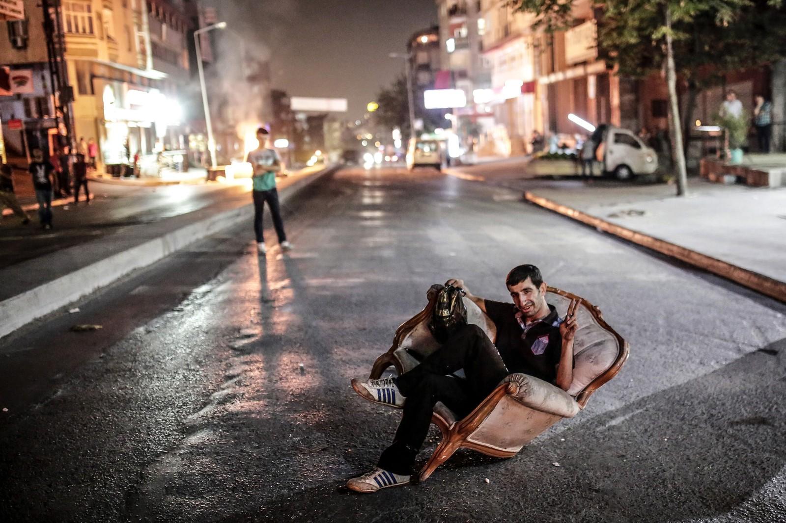 En tyrkisk mann viser seierstegnet under en demonstrasjon i Istanbul denne uka. Demonstrasjonene oppsto etter at fredelige markeringer i etterkant av det som trolig var en IS-bombe, ble avlyst.