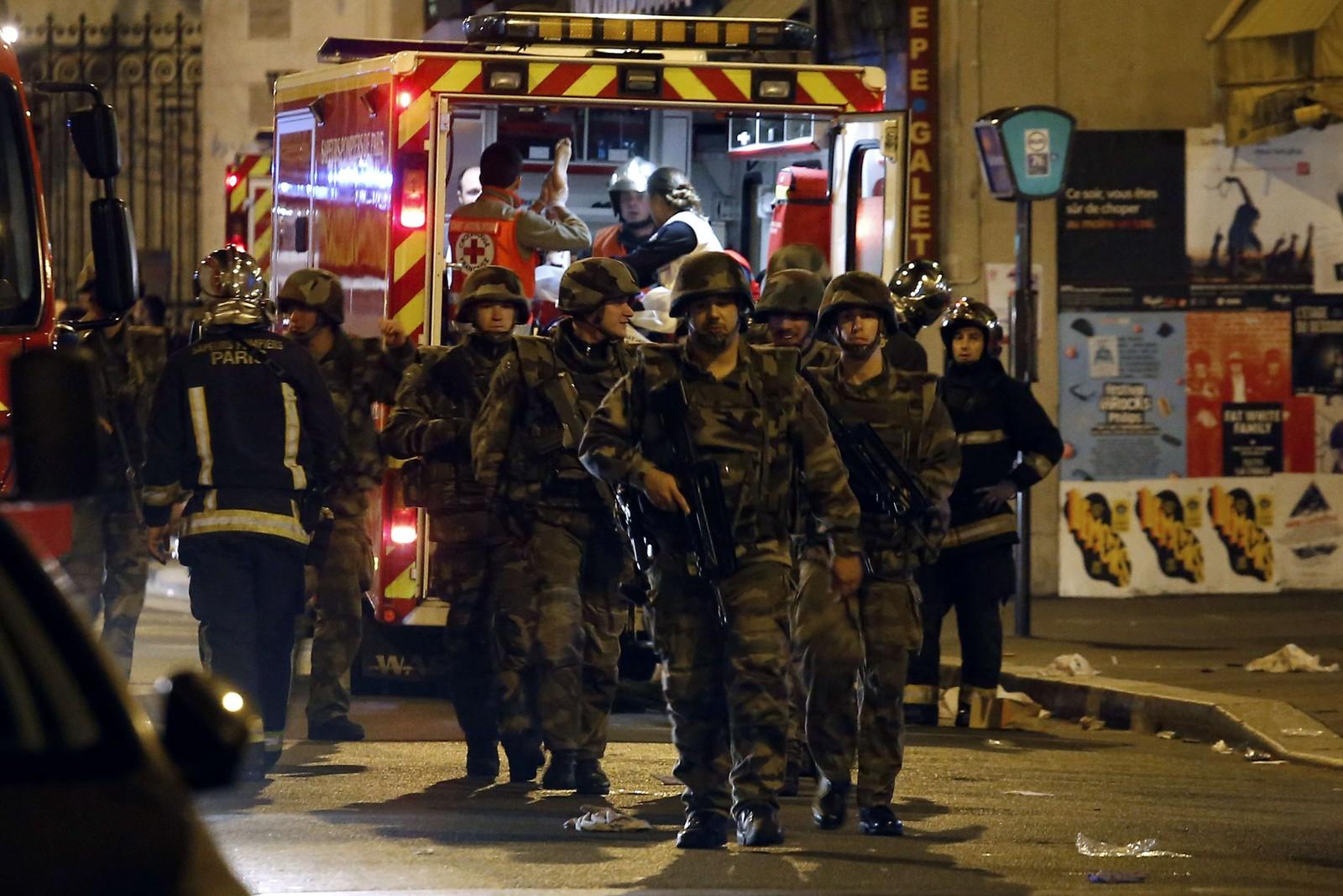 De siste opplysningene fra myndighetene i Paris er at minst 87 personer ble drept inne på Bataclan før sikkerhetsstyrkene stormet lokalet. Da sprengte gjerningsmennene seg i luften med selvmordsbelter.