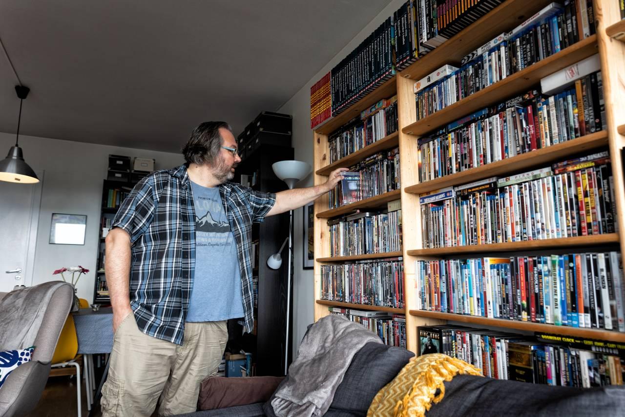 I stua har Øyvind en imponerende filmsamling