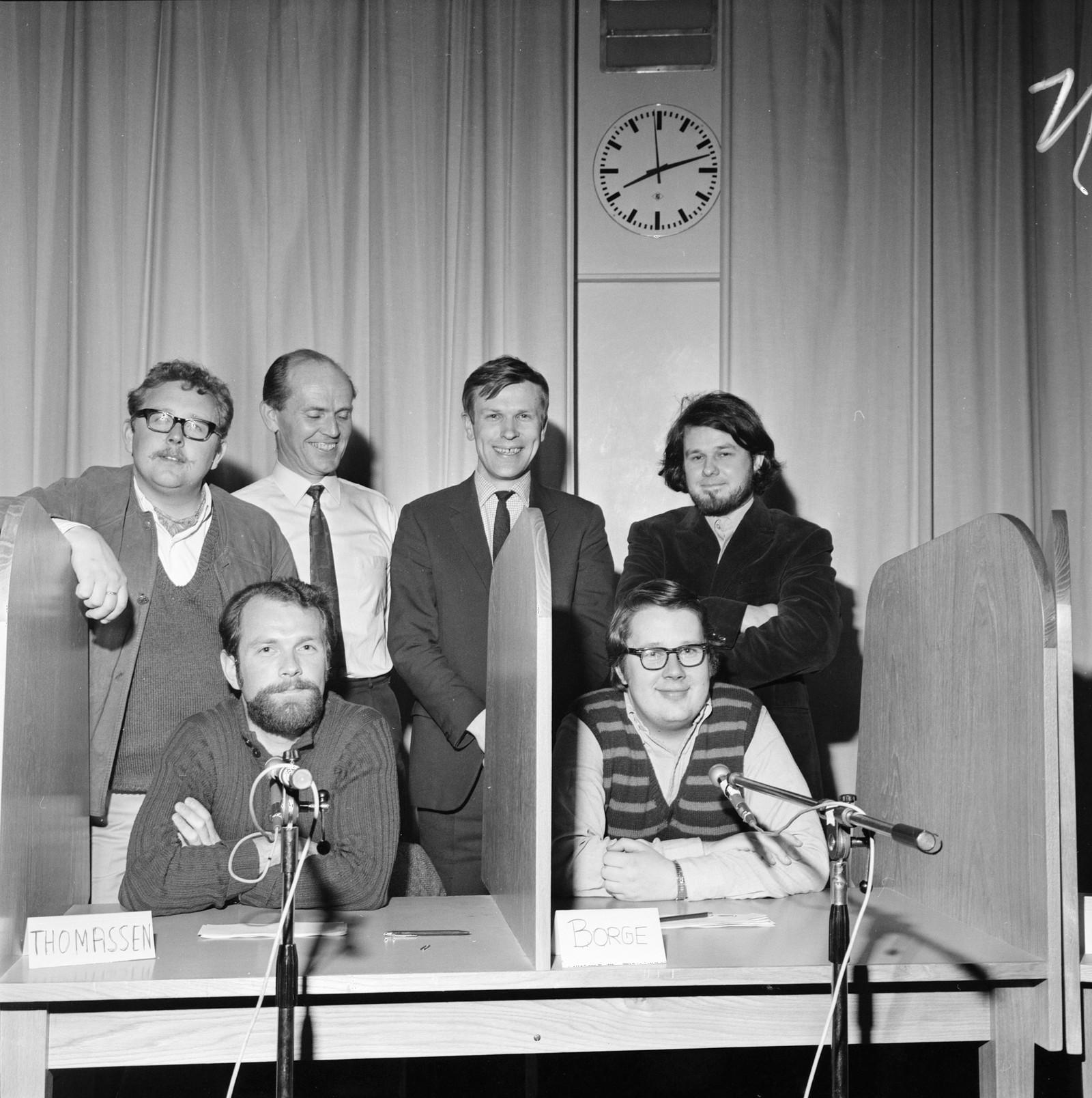"""""""Gjett på jazz"""" 1972 Bjørn Brodahl, Helge Bjørseth, Arne Johnsrud, Arne Bryn. Sittende: Lars Martin Thomassen og Knut Borge Bjørn Brodahl, Helge Bjørseth, Arne Johnsrud, Arne Bryn. Sittende: Lars Martin Thomassen og Knut Borge"""