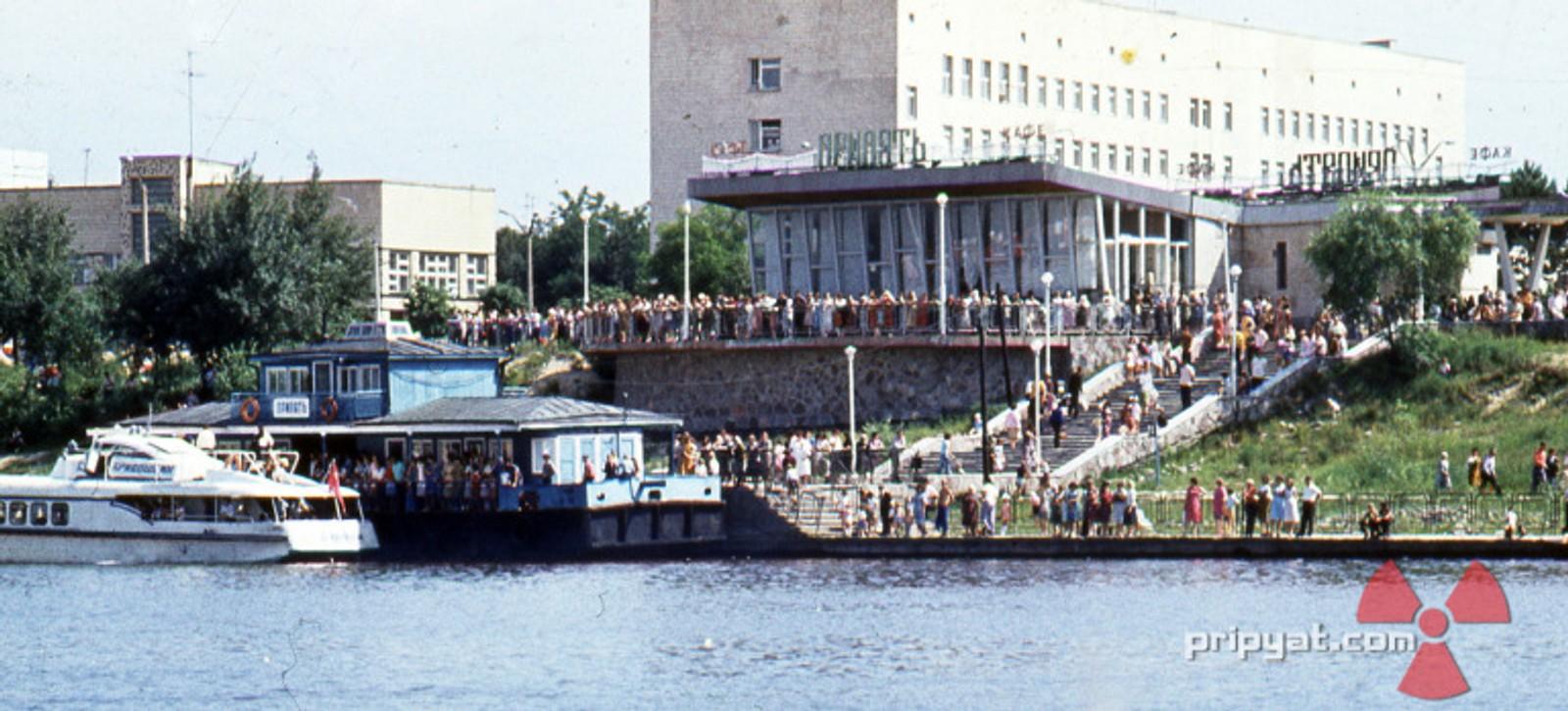 Fullt av folk utenfor Kafé Pripyat før tragedien inntraff.