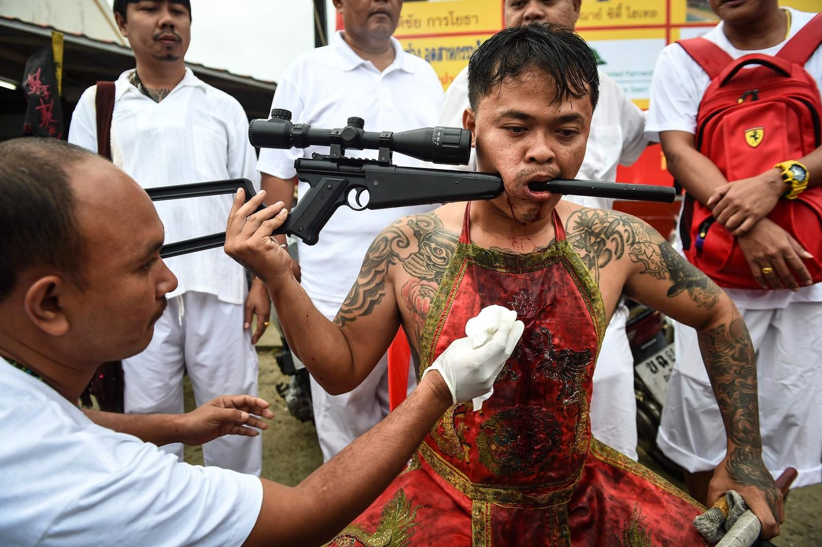 Du gjettet riktig. Dette bildet er fra en vegetarfestival. Under den årlige vegetarfestivalen i Phuket i Thailand påfører folk seg selv smerte på forskjellige måter til ære for dyrene.