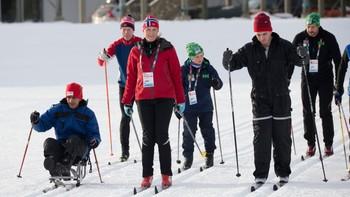 Kronprinsesse Mette-Marit, prins Sverre Magnus og kronprins Haakon sammen med flyktningen som fikk