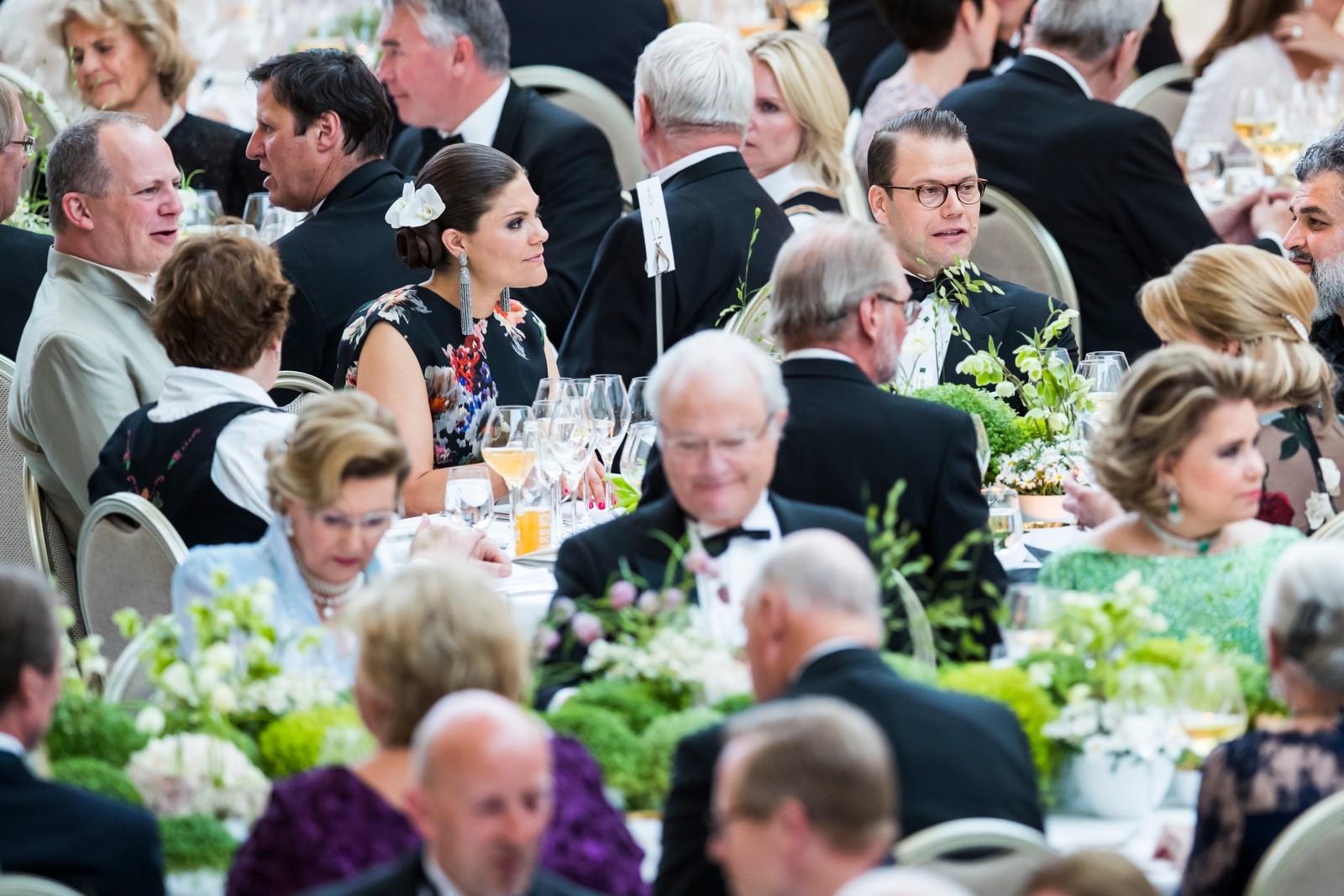 Samferdselsminister Ketil Solvik-Olsen (tv), kronprinsesse Victoria av Sverige og prins Daniel under regjeringens festmiddag for kongeparet i Operaen i anledning deres 80-årsfeiring. P