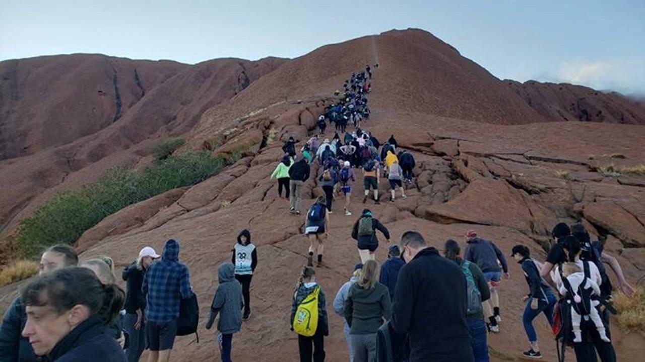 Turister på vei opp Uluru