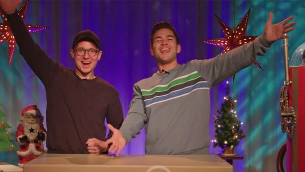 Matias og Ludvik teller ned til julaften. Hva kommer ut av maskinen i dag?