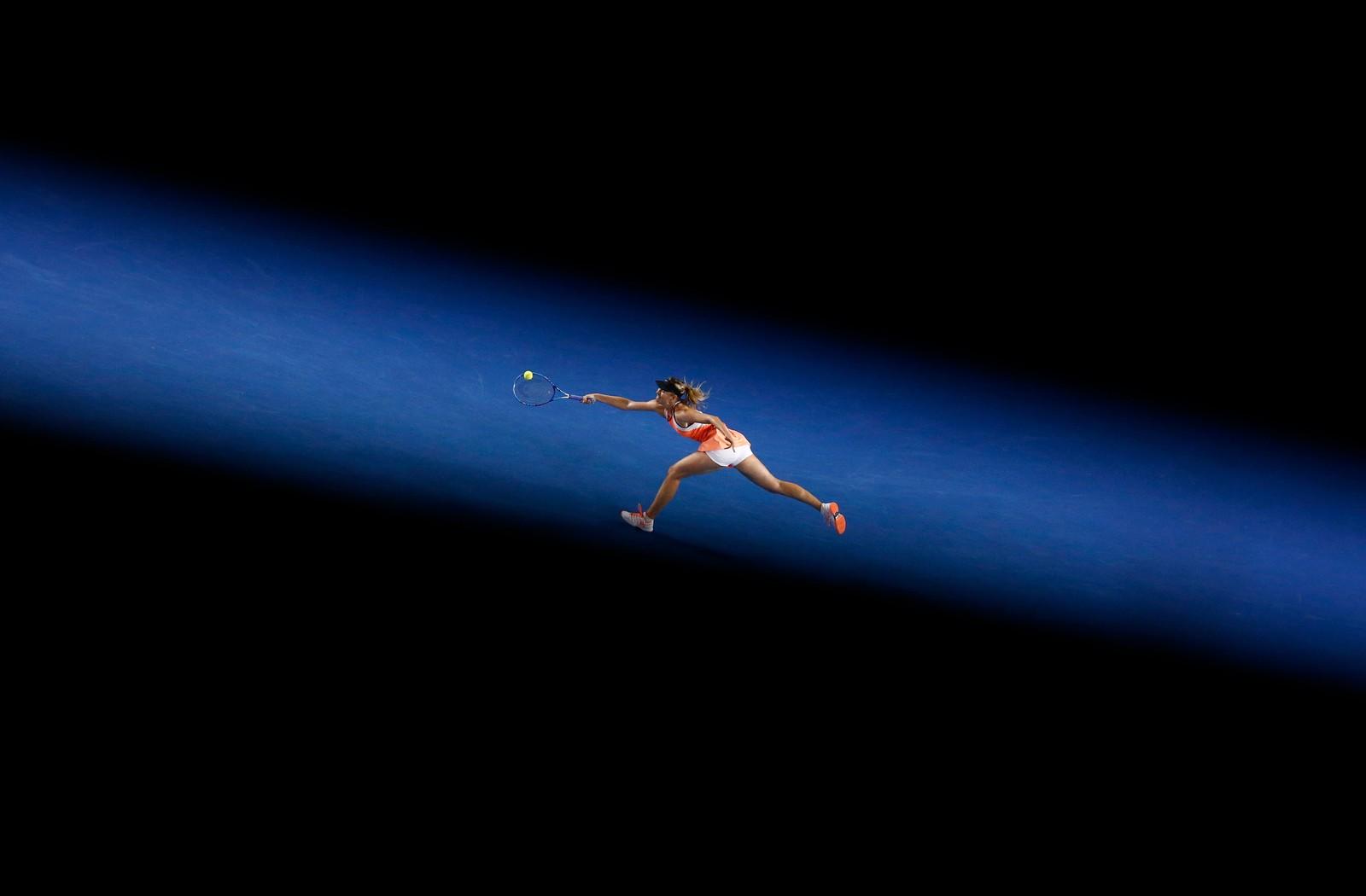 Russiske Maria Sharapova strekker seg så lang hun er for å nå en ball under Australia Open.