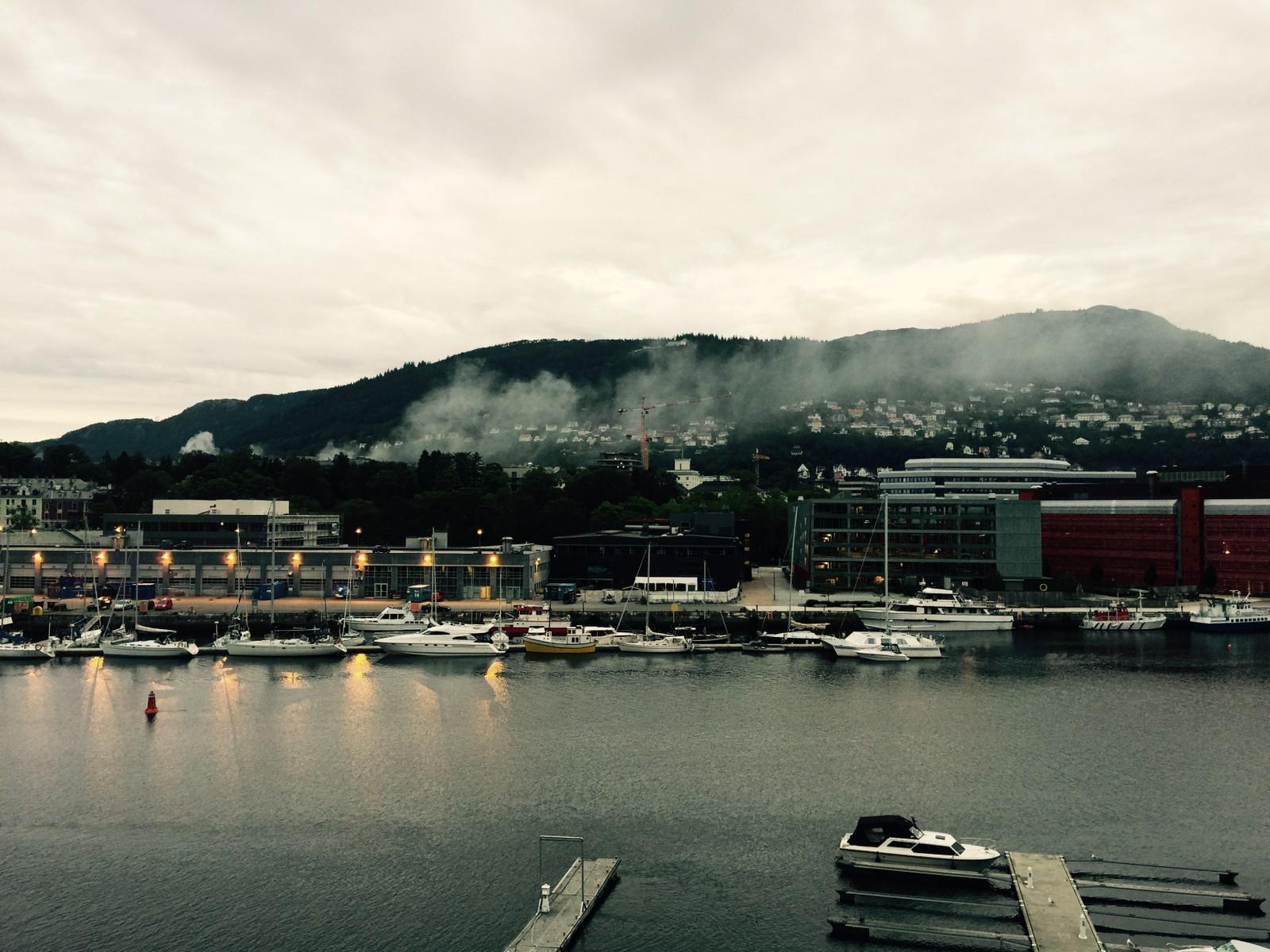 Det brenner i trehusbebyggelsen i Kong Oscars gate i Bergen sentrum torsdag morgen.