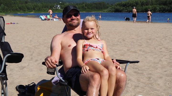 Bilde av mann og ei jente på stranda - Foto: Anne Biret Holmestrand/NRK