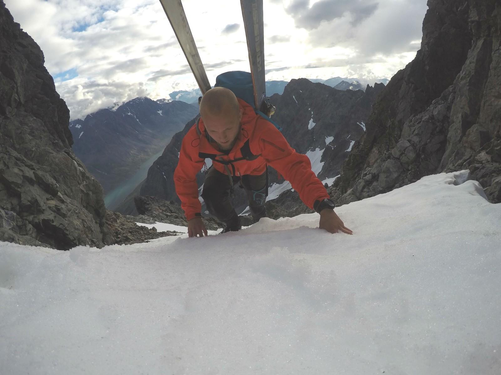 Som en symbolsk handling besteg Nilssen Store Kjostind på torsdag – med de gamle skiene sine på ryggen.
